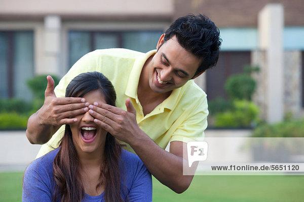 Mann überrascht seine Freundin