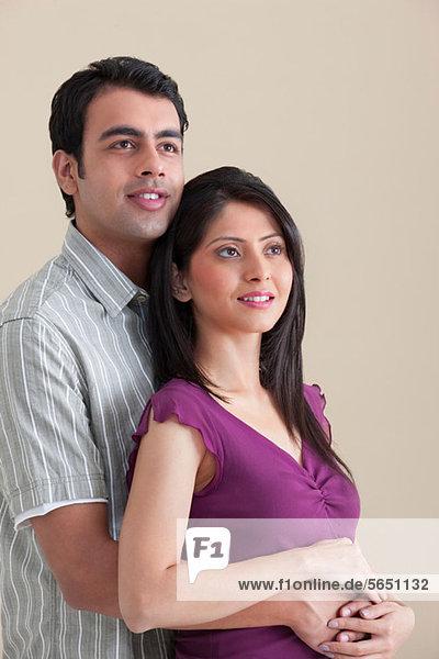 Verheiratetes Paar  das nach oben schaut