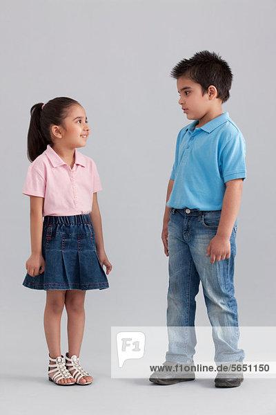 Bruder und Schwester schauen sich an.