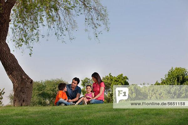 Familie im Park sitzend