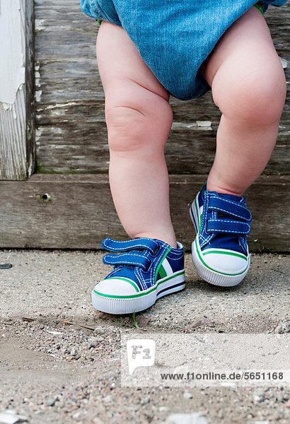 Beine eines Kleinkindes Beine eines Kleinkindes
