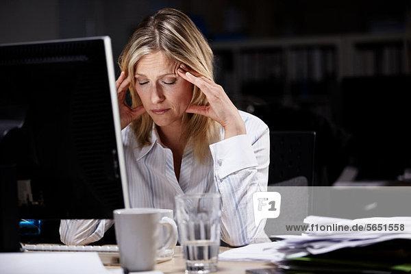 Gestresste Geschäftsfrau  die spät arbeitet