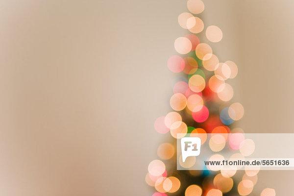 Weihnachtsbeleuchtung am Baum  unscharf eingestellt