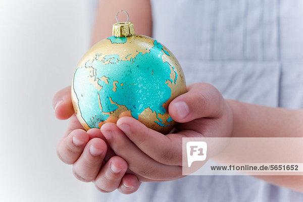 Mädchen mit Globus-Dekoration