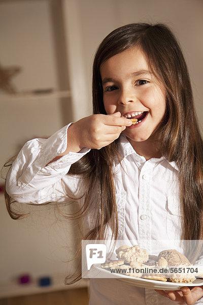 Mädchen essen Keks  Nahaufnahme