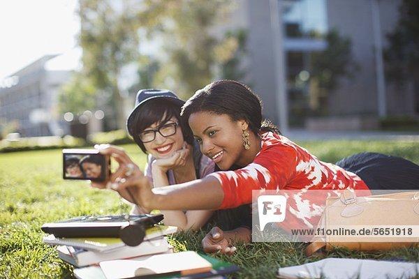 Studentinnen fotografieren sich im Freien