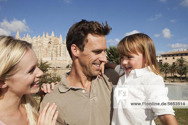 Spanien  Mallorca  Palma  Familie steht zusammen  lächelnd