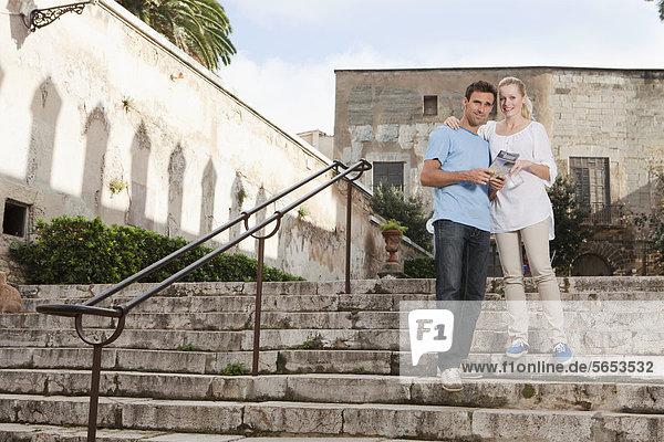 Spanien  Mallorca  Palma  Paar mit Reiseführer  Portrait