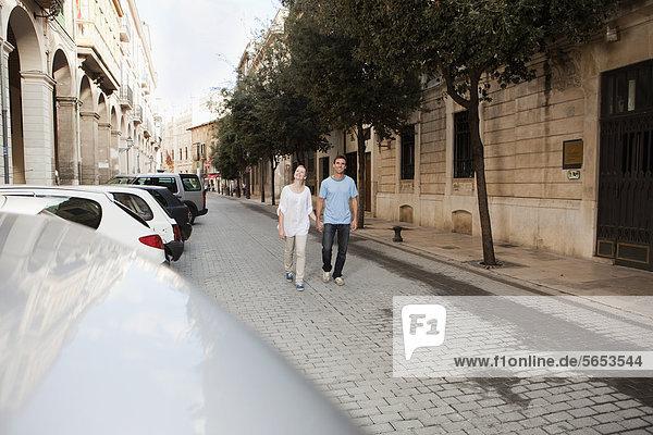 Spanien  Mallorca  Palma  Pärchen zu Fuß entlang der Straße