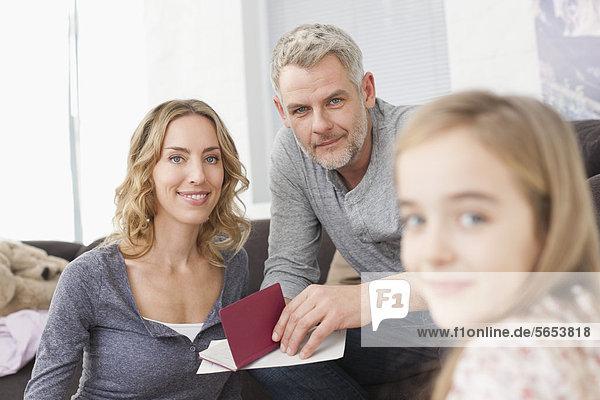 Deutschland  Leipzig  Familie in Wohnung  lächelnd  Portrait