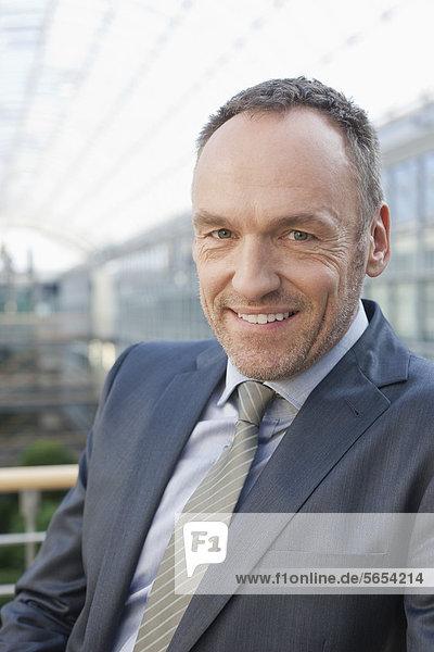 Deutschland  Leipzig  Geschäftsmann lächelnd  Portrait