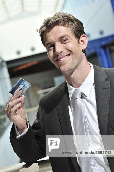 Geschäftsmann mit Kreditkarte