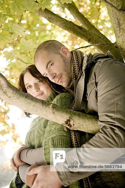 Junges Paar in herbstlicher Umgebung