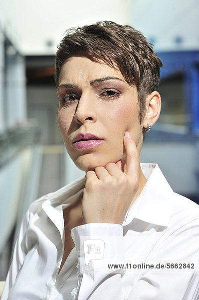 Nachdenkliche junge Geschäftsfrau  Portrait