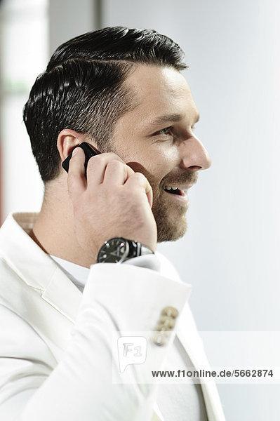 Junger Mann mit Mobiltelefon