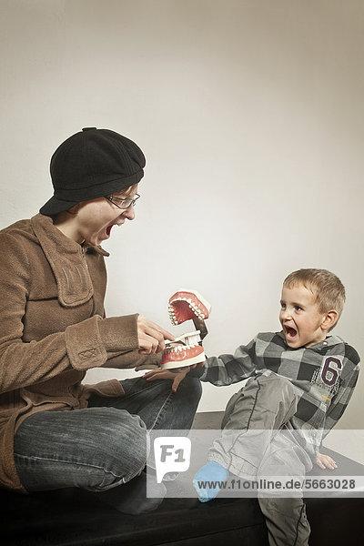 Junge und Zahnputztante  Zahnpflegeschulung für Kinder