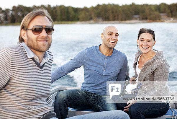 Freunde  die mit dem Motorboot reisen Freunde, die mit dem Motorboot reisen