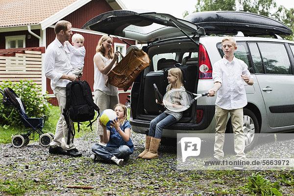 Familienladen von Gepäck im Kofferraum für den Urlaub