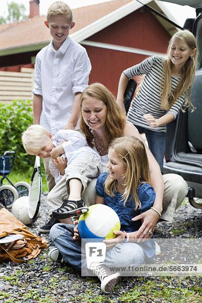 Fröhliche Familie genießt die Natur