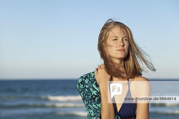 Junge Frau im Bikini am Meer  Portrait