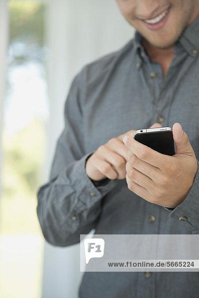 Mann mit Smartphone  Mittelteil