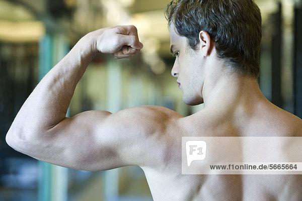 Junger Mann mit Bizeps-Muskulatur Junger Mann mit Bizeps-Muskulatur