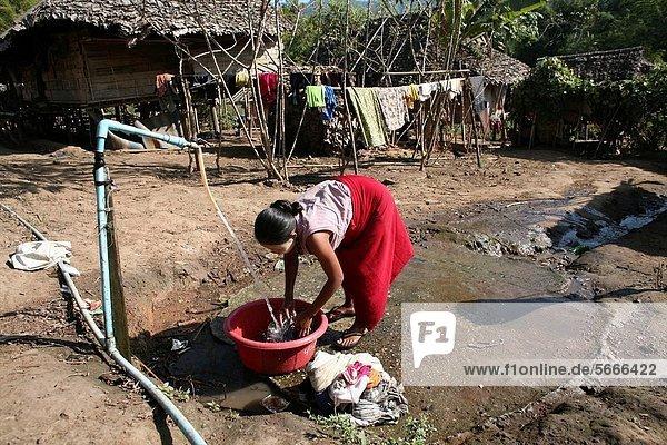 nahe Frau Kleidung Mensch Menschen Ergebnis waschen camping Siedlung Myanmar 200 Grenze Thailand