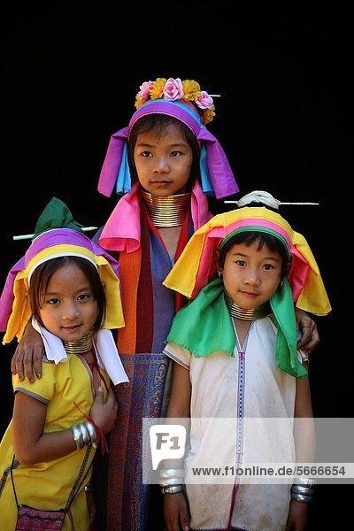 nahe  Sohn  Großstadt  Dorf  Entdeckung  3  Mädchen  Kleidung  sprechen  Ethnisches Erscheinungsbild  Lifestyle  Mitglied  Thailand