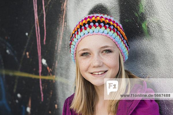 Lächelnde Teenagerin trägt eine Wollmütze  Portrait