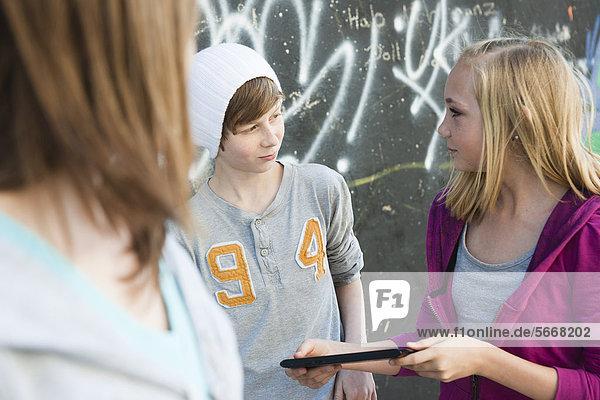 Drei Teenager mit einem Tablet PC