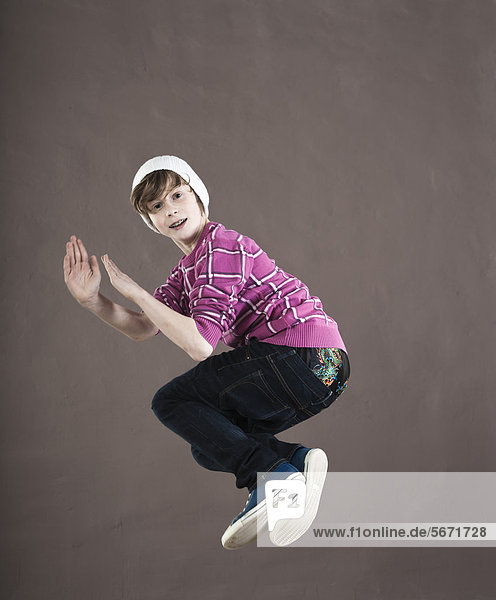 Fröhlicher Teenager springt in die Luft