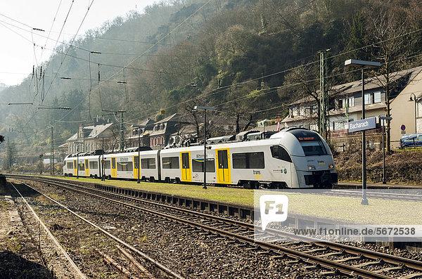 Nahverkehrszug im Bahnhof von Bacharach  Oberes Mittelrheintal  UNESCO-Welterbe  Rheinland-Pfalz  Deutschland  Europa