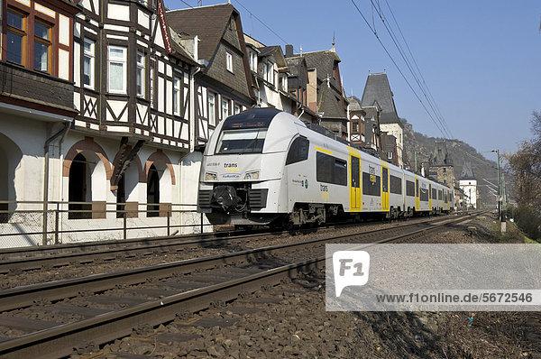Nahverkehrszug fährt durch Bacharach  Oberes Mittelrheintal  Weltkulturerbe der UNESCO  Rheinland-Pfalz  Deutschland  Europa
