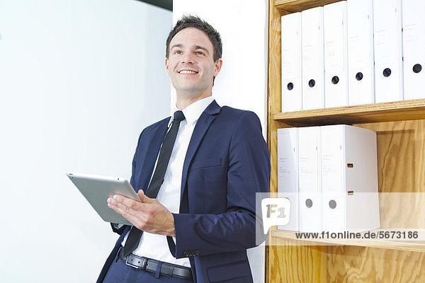 Geschäftsmann mit Tablet PC im Büro