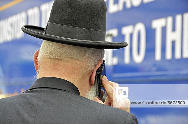 Orthodoxer Jude mit Handy  Manhattan  New York  USA  ÖffentlicherGrund