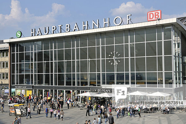 Bahnhofsvorplatz und Empfangsgebäude  Kölner Hauptbahnhof  Köln  Nordrhein-Westfalen  Deutschland  Europa  ÖffentlicherGrund