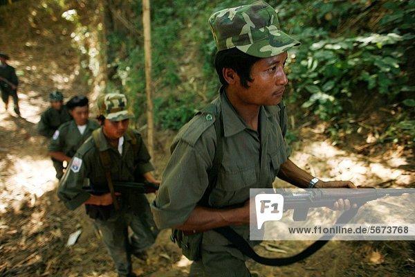 nahe Mensch Menschen Ergebnis Regenwald Soldat Dorf Seitenansicht Siedlung Myanmar 200 Grenze