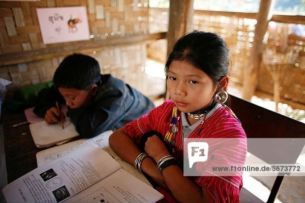nahe  Sohn  Großstadt  camping  Dorf  Schule  jung  Entdeckung  3  sprechen  Ethnisches Erscheinungsbild  Lifestyle  Mädchen  Mitglied  Thailand
