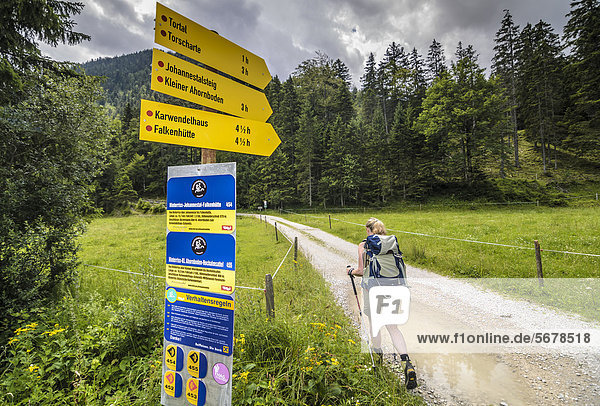 Wanderin und Wegweiser im Karwendelgebirge  Tirol  Österreich  Europa