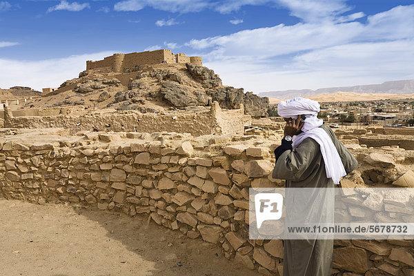 Beduine mit Handy in der Altstadt von Ghat mit Festung Koukemen  Libyen  Sahara  Nordafrika  Afrika