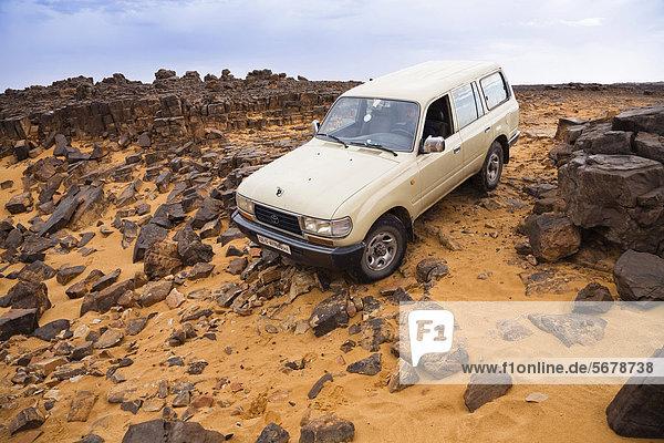 Jeep in der libyschen Wüste  Steinwüste  Akakus-Gebirge  Libyen  Sahara  Afrika Jeep in der libyschen Wüste, Steinwüste, Akakus-Gebirge, Libyen, Sahara, Afrika