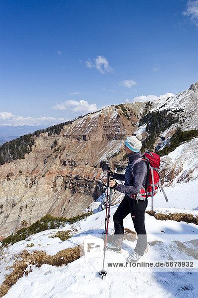 Wanderer beim Aufstieg zum Weißhorn von Radein über den Zirmsteig  oberhalb der Bletterbachschlucht  hinten der Canyon  Südtirol  Italien  Europa