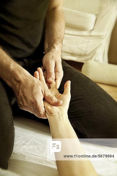 Frau bei Shiatsu-Behandlung  TCM  Traditionelle chinesische Medizin