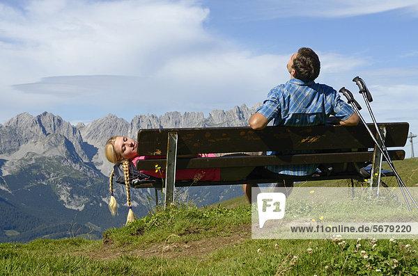 Wanderer rastet auf Bank auf dem Hartkaiser mit Blick auf Wilder Kaiser  Tirol  Österreich  Europa