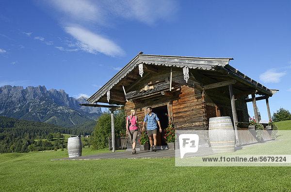 Wanderer bei der Golfhütte  Ellmau  Wilder Kaiser  Tirol  Österreich  Europa