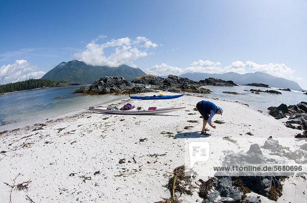 Frau sucht Muscheln am Strand  Esperanza Inlet  Vancouver Island  British Columbia  Kanada