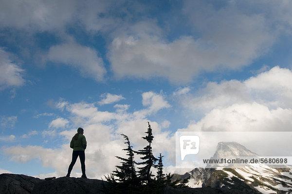 Frau bewundert Bergblick  Picket Range  North Cascades National Park  Washington  USA