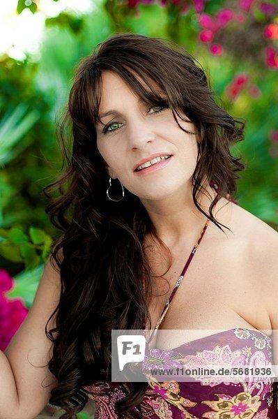 Portrait  Frau  Freizeitbekleidung  Tischset  Kleidung  braunhaarig  Garten  alt  Jahr
