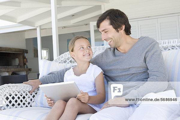 Vater und Tochter mit Tablette