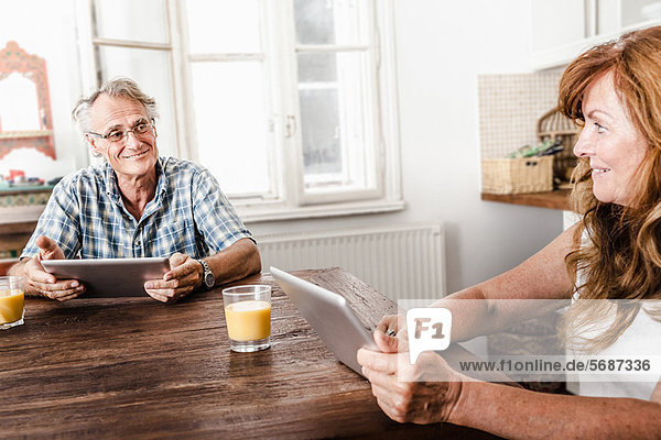 Älteres Paar mit Tablet-Computern